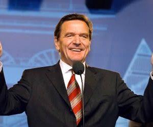 Gerhard Schröder mit erhobenen Daumen am 22. 09. 02