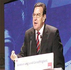 Rede von Gerhard Schröder während des Parteitages in Berlin am 20. 10. 02
