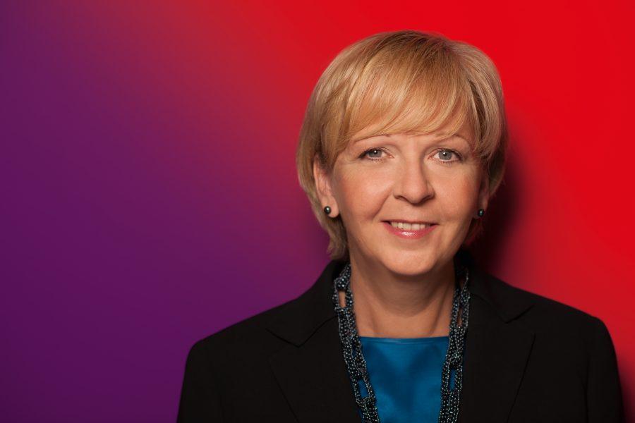 Portrait von Hannelore Kraft vor rot-purpurnem Farbverlauf