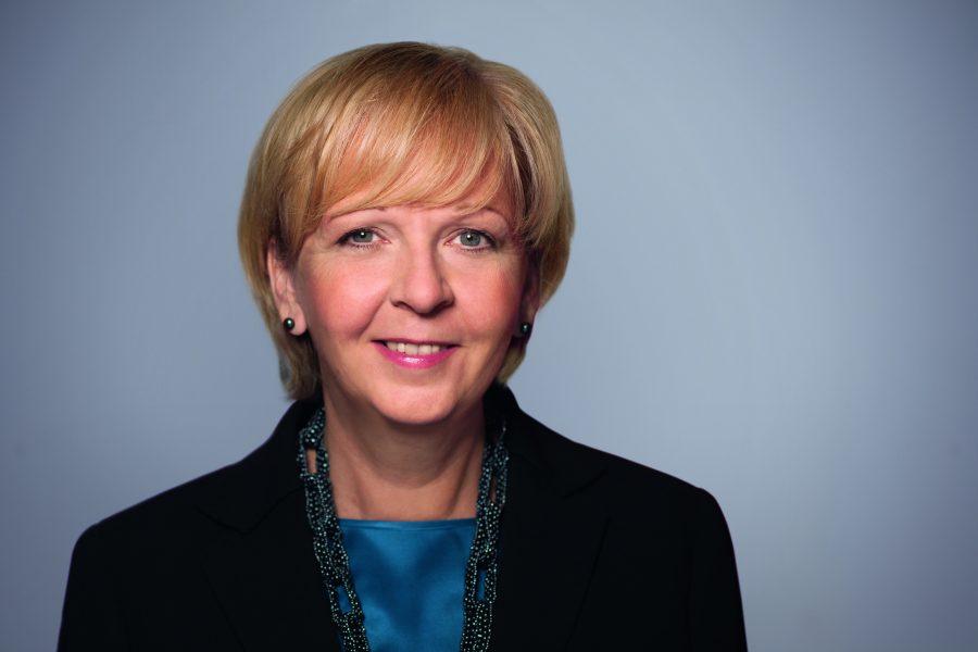 Portrait von Hannelore Kraft vor grauem Hintergrund