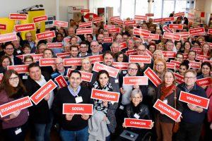 """Teilnehmer der Wahlkampfwerkstatt in Oberhausen halten Zettel mit Aufschriften wie """"gemeinsam, sozial, Chancen, Vielfalt, Zusammenhalt"""" hoch"""