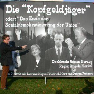 """Michael Groschek zeigt auf Plakat Die """"Kopfgeldjäger"""" am 04. 11. 03"""