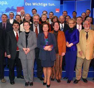Gruppenbild der NRW-Kandidatinnen und Kandidaten während der Europadelegiertenkoferenz am 16. 11. 03 in Bochum