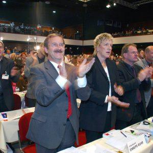 Applaus der NRW-Delegation während des Bundesparteitages in Bochum am 19. 11. 03