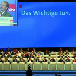 Rede von Harald Schartau auf der Monitorwand während des Bundesparteitages in Bochum am 19. 11. 03