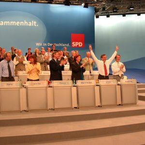 Gerhard Schröder mit erhobenen Armen nach seiner Rede am 02. 06. 02