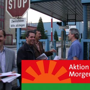 Harald Schartau verteilt Flugblätter vor Banner Aktion Morgenröte am 17. 06. 02