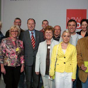 Ministerpräsident Peer Steinbrück zusammen mit aktiven Kommunalwahlkämpfern