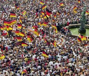 Fußballfans mit Deutschlandfahnen während der Weltmeisterschaft 2002
