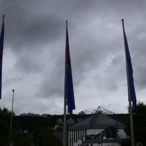 Fahnen vor dem Gebäude des CDU Landesparteitages in Siegen am 06. 07. 02