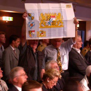 Zuschauer halten Plakat mit Bayernwappen während des CDU Landesparteitages in Siegen am 06. 07. 02 in die Höhe