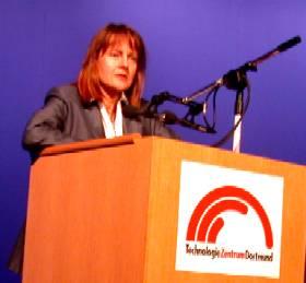 Bundesbildungsministerin Edelgard Bulmahn am Rednerpult am 15 . 07. 02