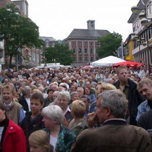 Publikum auf dem Marktplatz am 24. 07. 02
