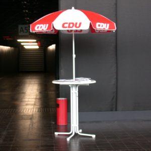 Wahlkampfauftakt der CDU in Düsseldorf, Tisch mit Schirm am 01. 09. 02