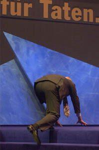 Stoiber stolpert beim Betreten der Bühne am 01. 09. 02