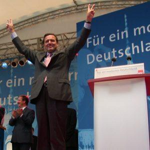 Gerhard Schröder mit ausgestreckten Armen und Victoryzeichen am 02. 09. 02