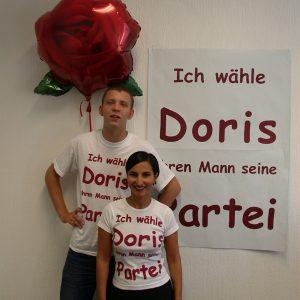 Paar mit T-Shirts Ich wähle Doris ihren Mann seine Partei