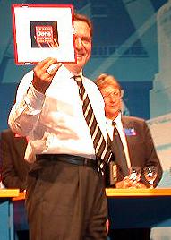 Gerhard Schröder mit gerahmtem Bild: Ich wähle Doris' ihren Mann seine Partei