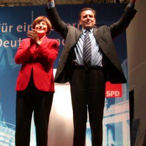 Ulla Schmidt und Gerhard Schröder während der Wahlkampfveranstaltung in Aachen am 13. 09. 02