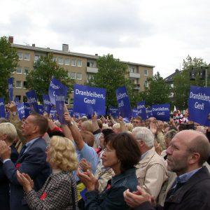 Publikum während der Wahlkampfveranstaltung in Gelsenkirchen am 17. 09. 02