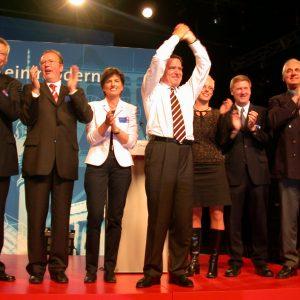 Schlussapplaus während der Wahlkampfveranstaltung in Bielefeld am 19. 09. 02
