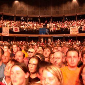 Publikum während der Wahlkampfveranstaltung in Bielefeld am 19. 09. 02