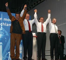Gerhard Schröder, Göran Person, Wolfgang Clement und Günther Grass während der Wahlkampfveranstaltung in Dortmund am 20. 09. 02