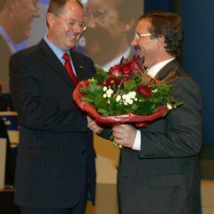 Harald Schartau gratuliert Peer Steinbrück während des Landesparteitages am 02. 11. 02