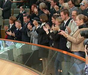 Applaus nach Rede von Wolfgang Clement im Düsseldorfer Landtag am 06. 11. 02