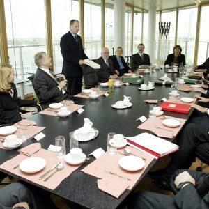 Versammeltes Düsseldorfer Kabinett am Kabinettstisch am 12. 11. 02