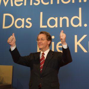 Franz Müntefering mit erhobenen Daumen während der Landesdelegiertenkonferenz am 16. 03. 02 in Düsseldorf