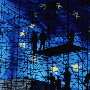 Europafahne vor Baugerüst