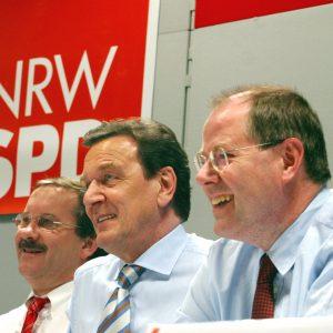 Harald Schartau, Gerhard Schröder und Peer Steinbrück im Podium während der Gelsenkirchener Gespräche am 28. 03. 03