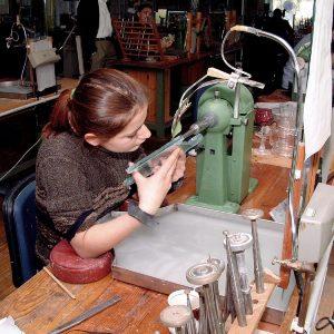 BIld zur Ausbildung Mädchen an Maschine