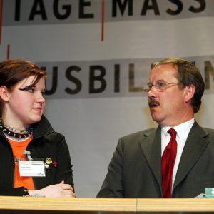 Harald Schartau mit Auszubildender während der Veranstaltung 100 Tage Maßarbeit für Ausbildung am 29. 04. 03
