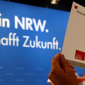 Erhobene Hand mit Stimmkarte während des Landesparteitages in Bochum am 14. 06. 03