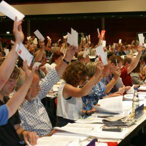 Plenum bei der Abstimmung während des Landesparteitages in Bochum am 14. 06. 03