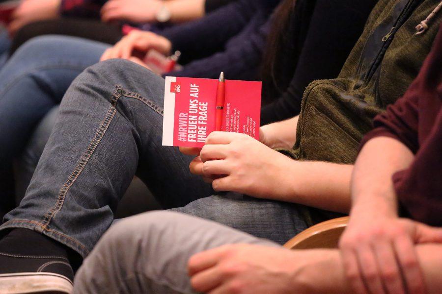 Auf Fragekarten in DIN A6 können die Besucher der Veranstaltung Ihre Fragen für Hannelore Kraft notieren.