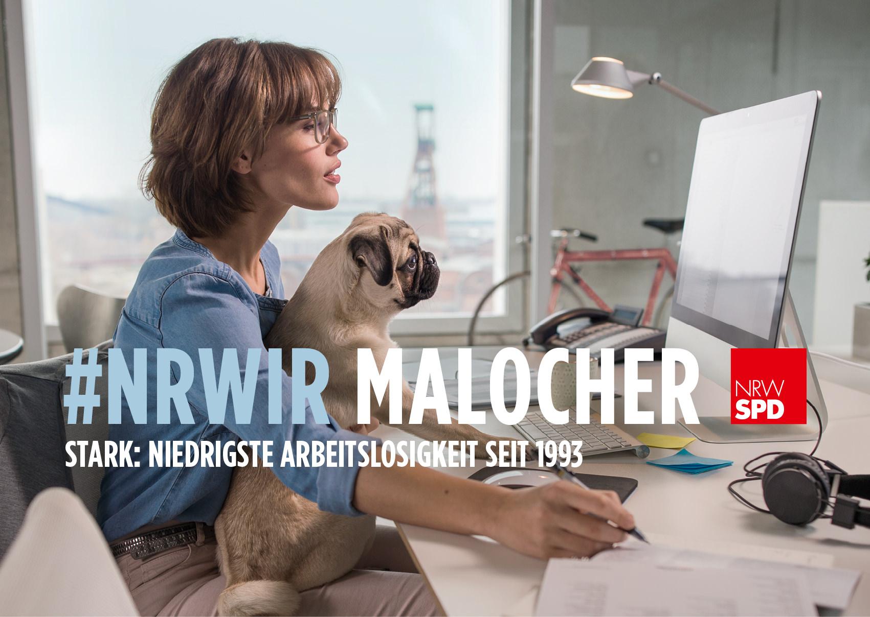 """Frau mit einem Mops arbeitet an einem Mac darunter der Schriftzug """"#NRWIR Malocher - Stark: Niedrigste Arbeitslosigkeit seit 1993"""""""