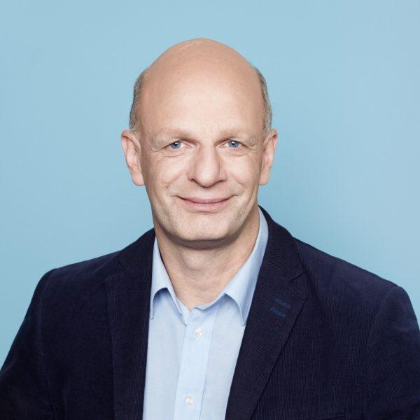 Porträtfoto von Stefan Zimkeit vor neutralem Hintergrund