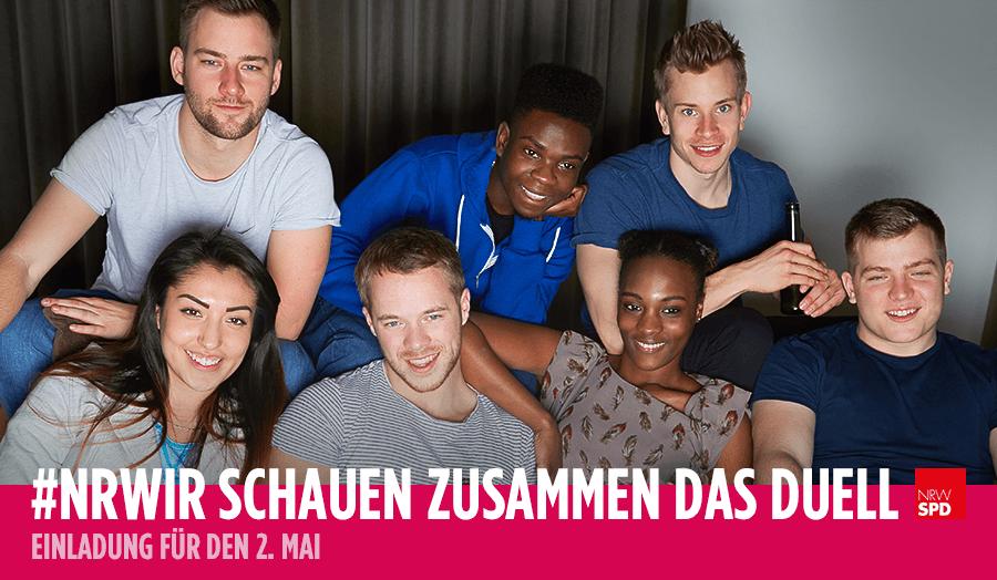 """Foto von einer Gruppe junger Leute mit Getränken in der Hand darunter der Schriftzug """"TV-Duell: Heute 20:15 Uhr im WDR #NRWIR schauen zusammen das Duell"""
