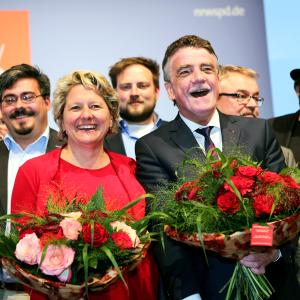 Svenja Schulze und Michael Groschek mit Blumensträußen