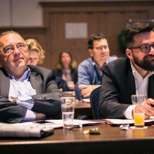 Thomas Kutschaty und Norbert Walter-Borjans folgen einer Rede