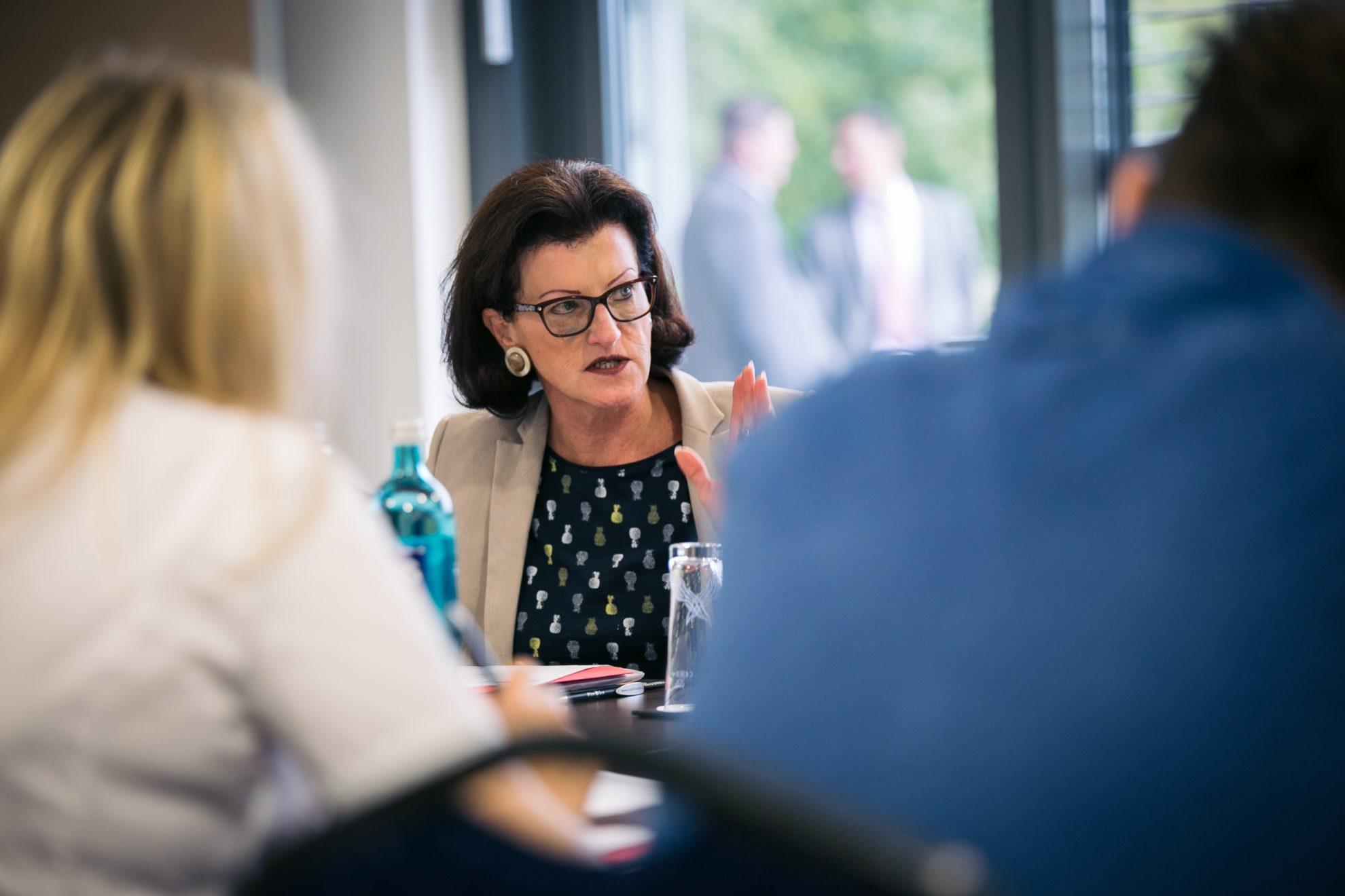 Eine Teilnehmerin der Klausurtagung im Gespräch