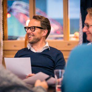 Teilnehmer der Klausurtagung lachen gemeinsam
