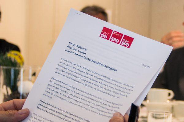 """Foto des Papiers zum Thema """"Neuer Aufbruch: Regionen stärken - Impulse für den Strukturwandel im Ruhrgebiet"""""""