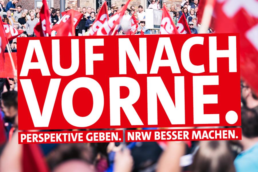 """Foto einer SPD Demo im Hintergrund. Im Vordergrund der Schriftzug """"Auf nach vorne. Perspektive geben. NRW besser machen."""""""