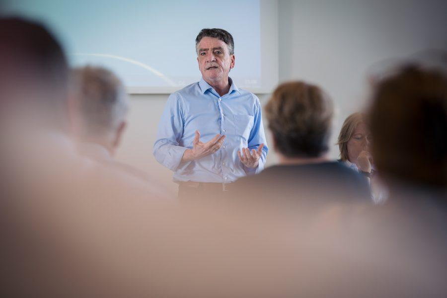Maik Groschek bei einer Rede vor Delegierten auf dem Landesparteitag in Duisburg