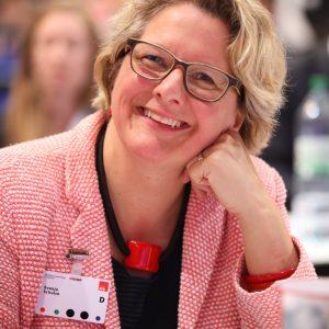 Svenja Schulze lächelt in die Kamera auf dem Landesparteitag