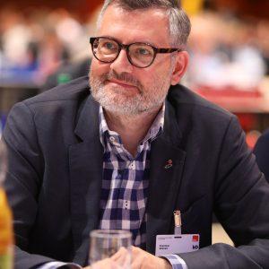 Dietmar Nietan folgt einer Rede auf dem Landesparteitag